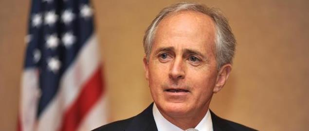 Bob Corker discusses economic and housing market issues with realtors at a luncheon in Fra