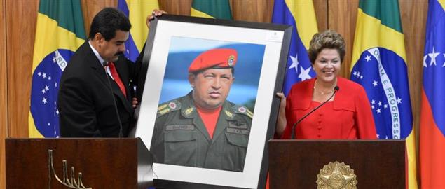 President Dilma Rousseff receiving a Hugo Chávez picture from President Nicolás Maduro